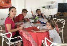 Une maman et ses enfants font l'école à la maison pendant le confinement lié au Coronavirus