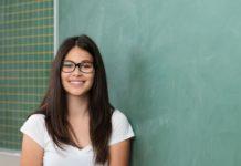 Une lycéenne passe une épreuve de double bac devant un tableau