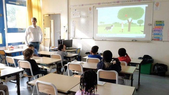 Des enfants de primaires regardent une histoire en anglais
