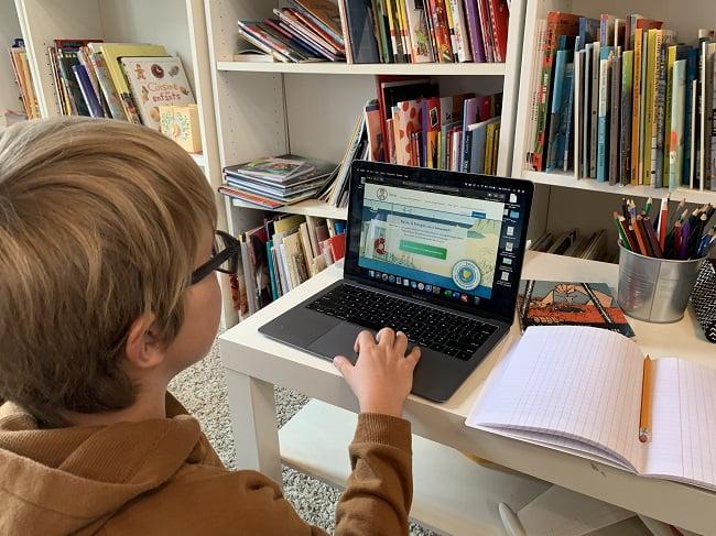 Un enfant fait ses devoirs donnés par son enseignant sur Savio