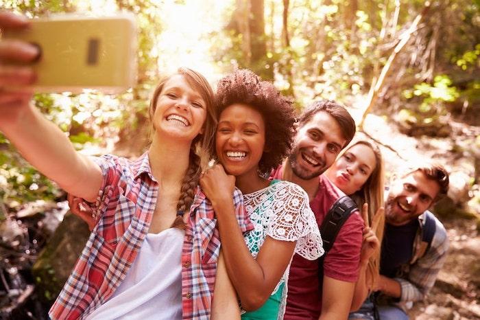 Groupe de jeunes se prenant en photo pendant leur séjour humanitaire
