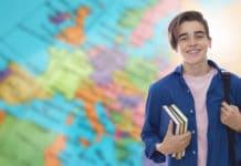 Un jeune devant une carte du monde se prépare pour un volontariat à l'étranger