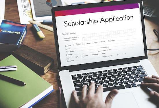 Un étudiant remplit un document pour postuler à une bourse universitaire