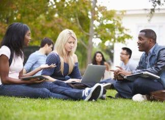Etudiants d'une université anglaise travaillant en groupe sur un campus en Angleterre