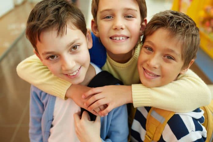 Des amis d'enfance bilingues