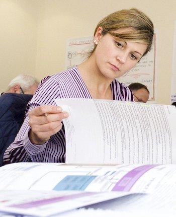 Une femme passe un examen blanc pour se préparer à l'IELTS