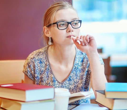 Une jeune femme révise et prépare les tests pour réussir son examen IELTS