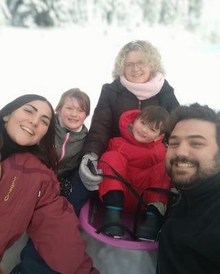 Une famille et leur Au Pair qu'ils accueillent lors d'un séjour au ski