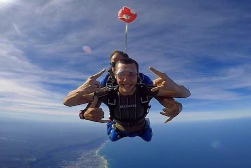 Un garçon fait un saut en parachute pendant son séjour Au Pair dans une famille australienne