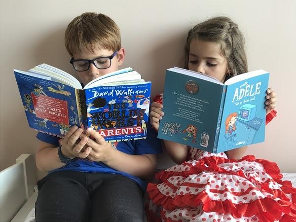 Deux enfants lisent en français et en anglais