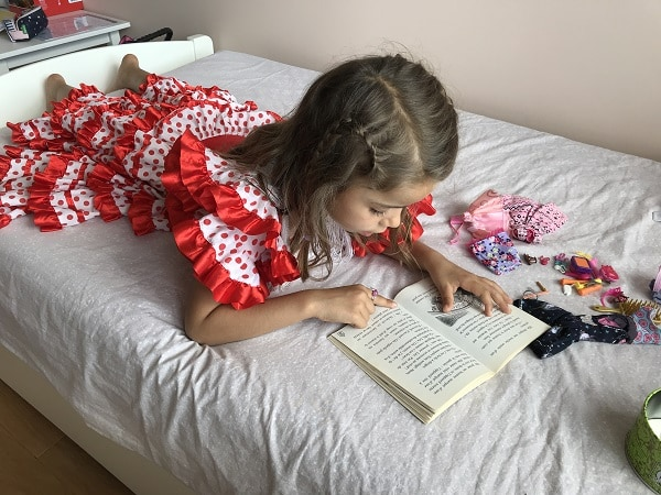 Un enfant lit en français