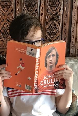 Un enfant ayant la double nationalité lit un livre en néerlandais