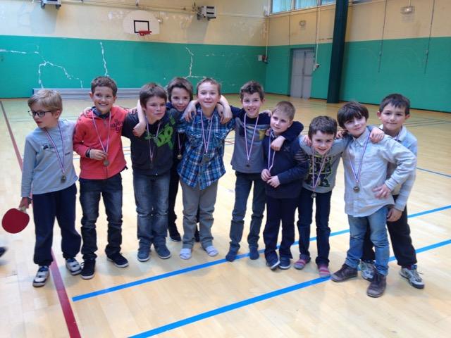 Des enfants en vacances forment une équipe dans un gymnase