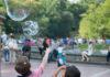 2 enfants jouent ensemble dans un parc